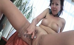 Sexy mature slut gets horny rubbing