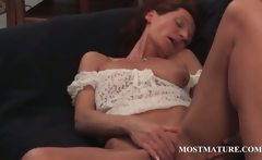 Slim mature vibing her horny cunt