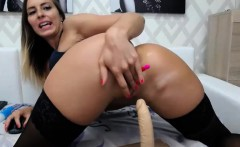 Flirtatious Round Ass Camgirl Shows Off With Her Wet Twat